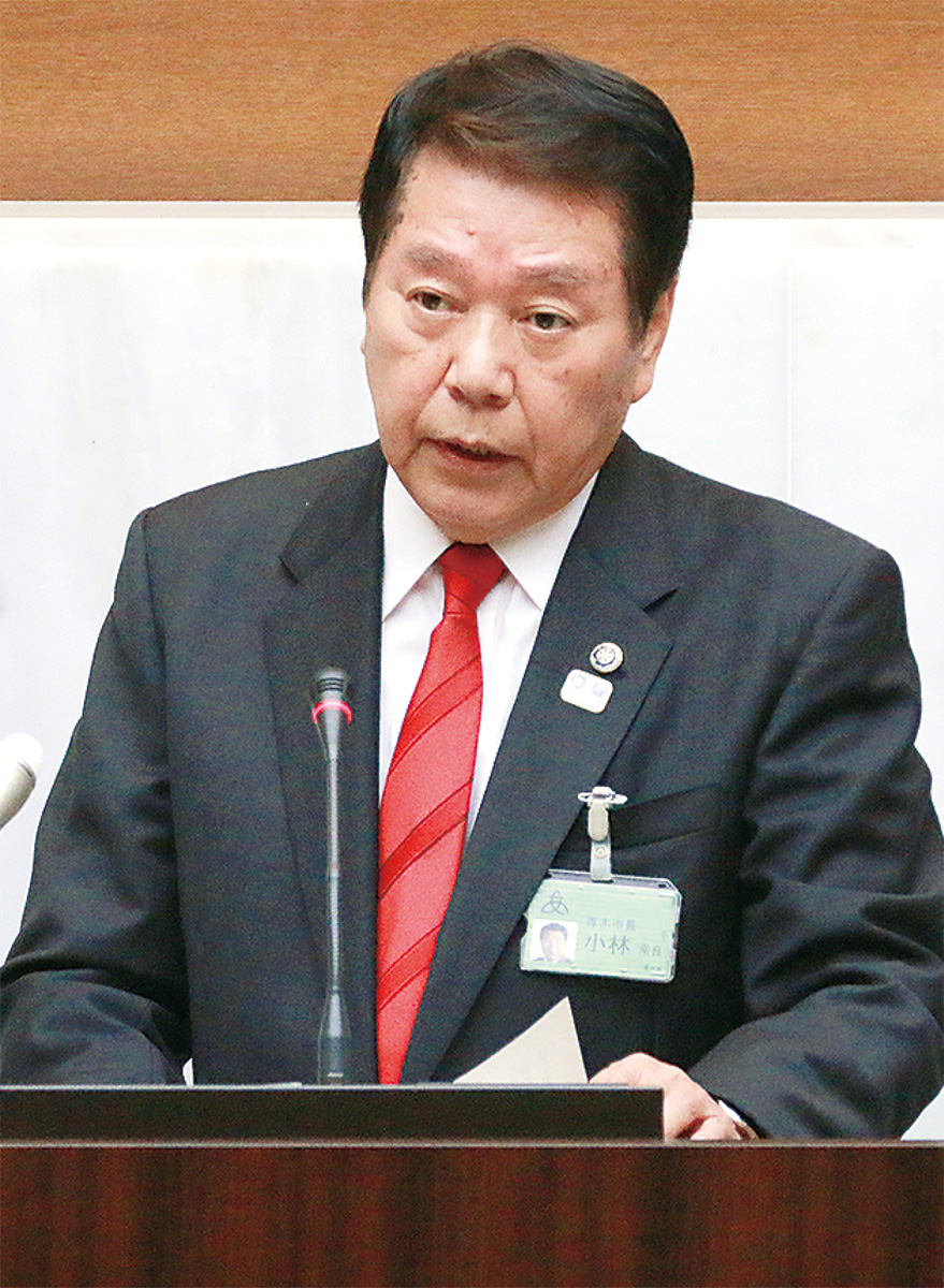 市議会本会議で立候補の意向を話す小林氏