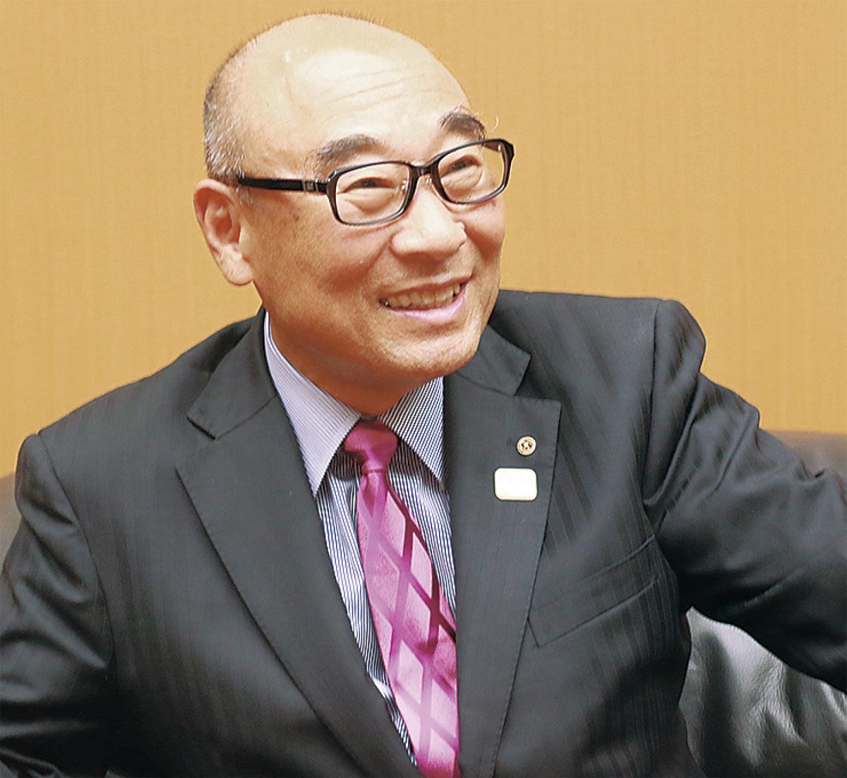 インタビューに答える中村幹夫会頭
