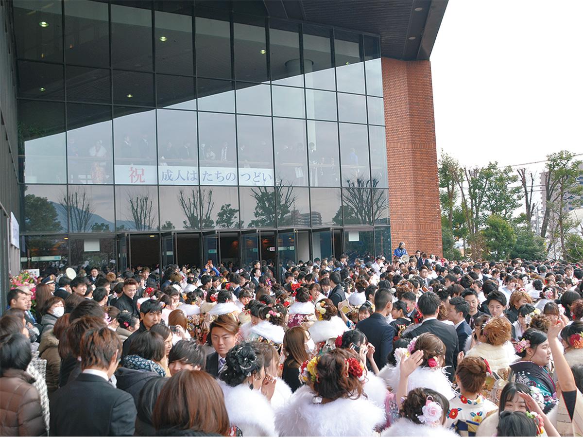 文化会館前に溢れかえる新成人(昨年の様子)