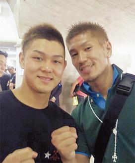 試合後、先輩の城戸康裕選手(右)と勝利を喜ぶ