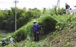 東名側道の土手で草刈り