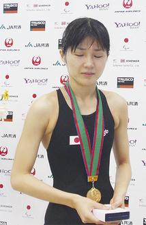 メダルをかける秋山さん(なみはやドーム)