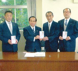 首長らに義援金を手渡す阿部さん(右から2番目)