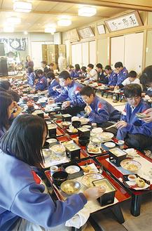 豆腐料理を楽しむ生徒たち(12月9日撮影)