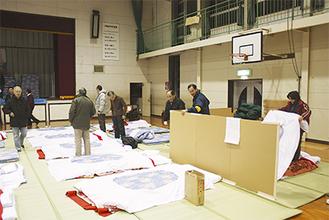 夜間宿泊訓練の様子 プライバシー保護のための仕切り板も用意された