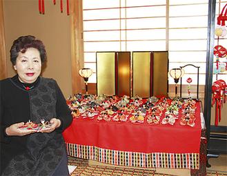 杉本さんと飾られたひな人形