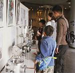 実験装置などを展示