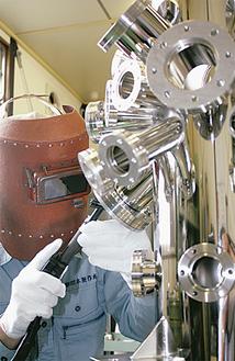 電子顕微鏡の溶接作業を行う川本さん
