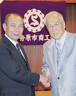 柏木清前会長と東井克夫新会長