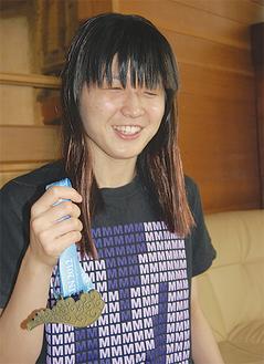 IDMベルリンのメダルを手にする秋山選手