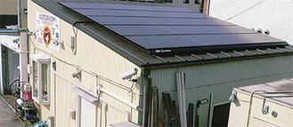 社屋の屋根に並べられたソーラーパネル
