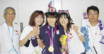 会場で家族、応援団と金メダルを喜ぶ