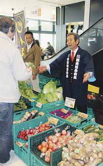 野菜の説明をする高山市長
