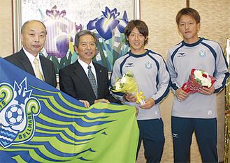 市長(左から2番目)は笑顔で両選手を激励した