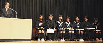 鈴木教育長のあいさつを聞く入賞者たち