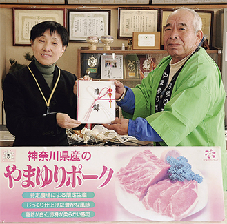 木下校長に目録を渡す加藤さん(右)
