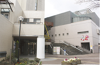 向かって左が図書館。科学館入口は中央階段の先