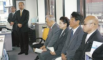 副会長とあいさつに立った目黒会長(左から2番目)
