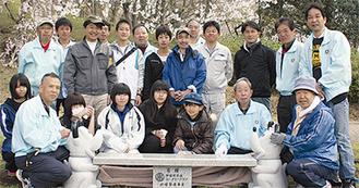 ベンチを囲む参加者たち