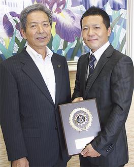 優勝盾を持つ稲垣さん(右)と高山市長
