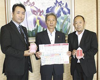 コミュニケーションカードを広げる高山市長(左)増淵雄二さん (右)笠原浩さん