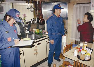 女性消防団員(左)が同行するのは県内でも珍しいという