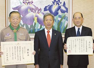 (左から)延原団委員長・高山市長・岩崎会長