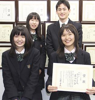 落合さん(前列右)と放送部の生徒たち