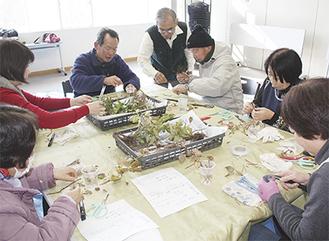 講師の西部さん(中央)に教わり作業を行う参加者たち