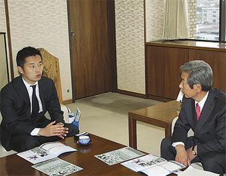 高山市長にチームの仕上がりを説明する池田社長(左)