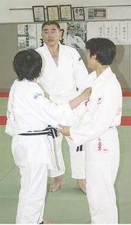 技のかけ方についてアドバイスする佐藤さん(中央)