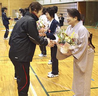 歴代会長に花束を贈る選手たち(市体育館で21日)