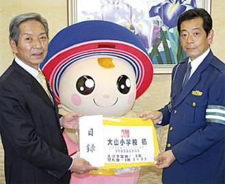 市長に目録を渡す飯塚会長(右)