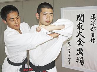 部の目標を達成した「取」の高橋選手(右)と「受」の徳永主将