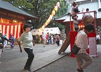 盆踊りを楽しむ人たち