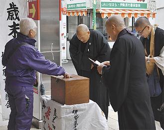 善意を寄せた人にお礼を述べる仏教会員たち