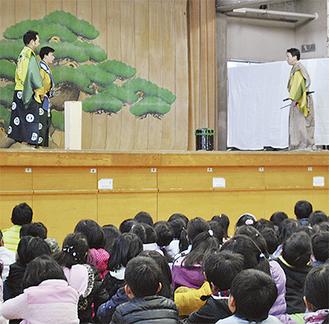 演目「附子」を鑑賞する児童たち