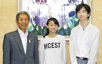 市長に報告した霜島さん(中央)・篠崎さん(右)