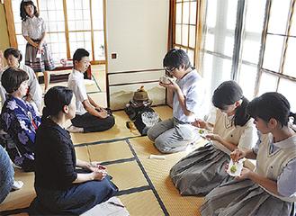茶道を体験する生徒