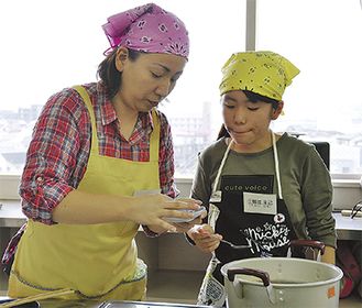 市長賞を受賞した鶴岡さん親子の調理の様子