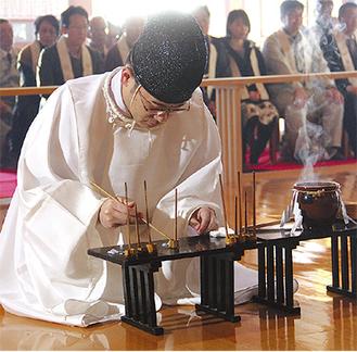 神職が豊凶を占う米粒を数える