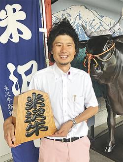 公募型で観光大使に就任した宮脇さん(米沢駅構内で8月7日に撮影)