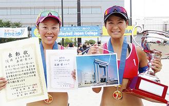 優勝した石坪さん(右)と柴さん 会場の川崎マリエンにて(同部提供写真)