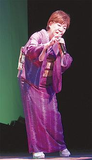 ステージに立つ鈴野さん
