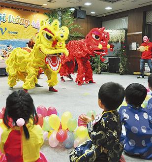 伝統の獅子舞の様子