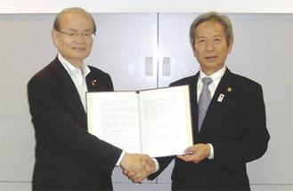 橋川渉草津市長(左)と高山松太郎伊勢原市長