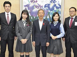 高山市長を表敬訪問した松永さん(中央右)と齊藤さん(中央左)