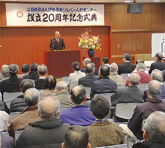 多くの会員を前にあいさつする宮川理事長