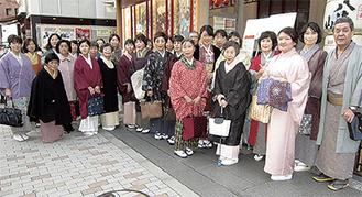 歌舞伎を堪能した参加者ら