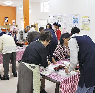 おやき作りを体験する参加者たち